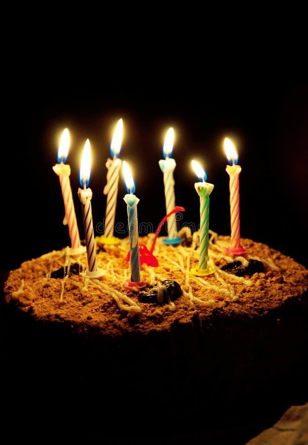 tarte de gâteau d'anniversaire avec des bougies images stock
