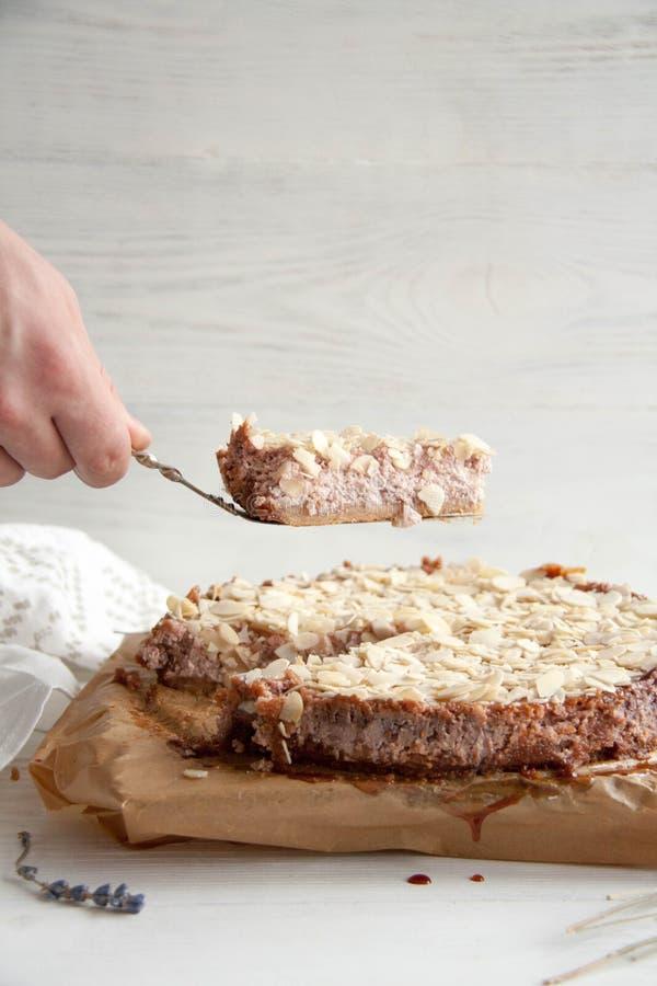 Tarte de lait caillé avec la confiture et les amandes de framboise images stock