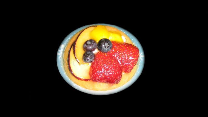 Tarte de pâtisserie de pâte brisée avec le fruit et la crème anglaise photo libre de droits