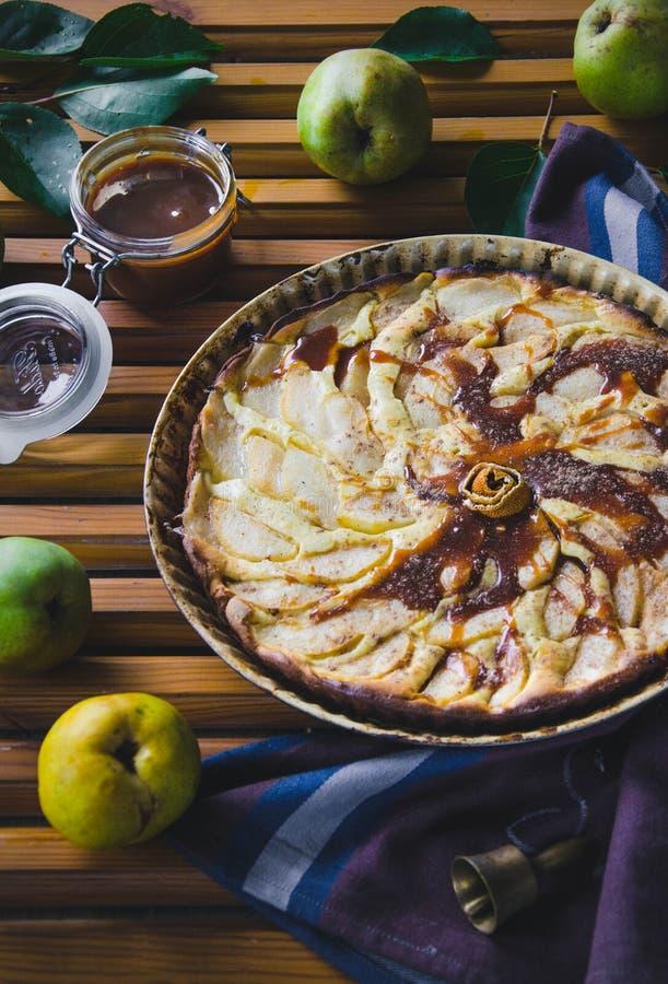 Tarte de poire avec les écrous, le caramel et le mascarpone photo stock