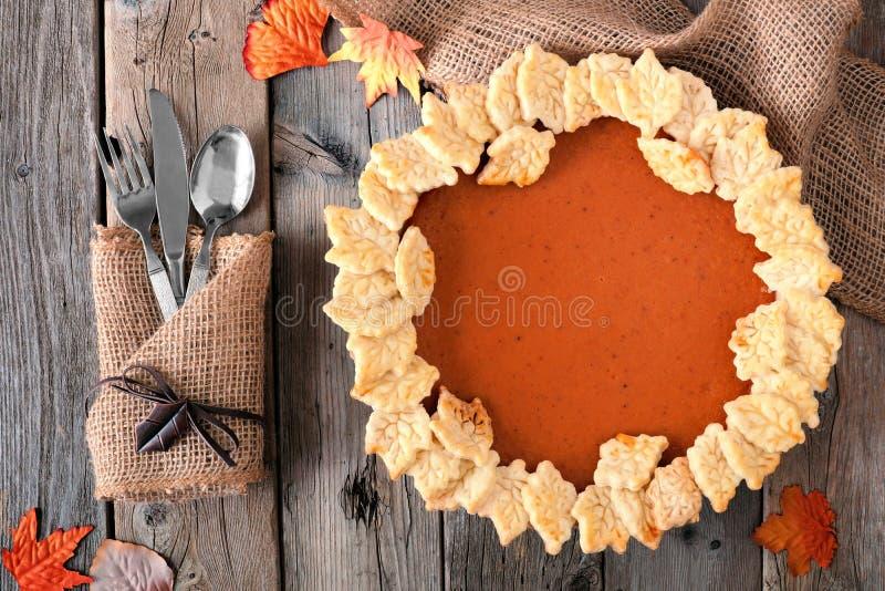 Tarte de potiron avec la conception de pâtisserie de feuille d'automne, scène aérienne de table images libres de droits