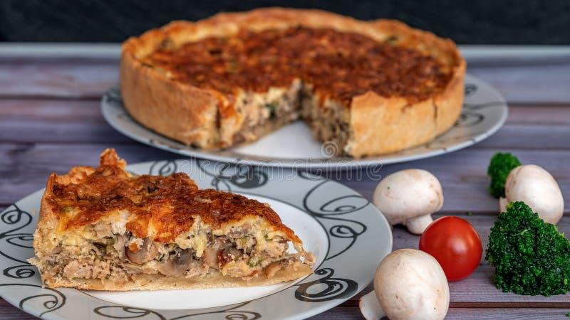 Tarte de poulet et de champignon, plan rapproché coupé de morceau, près des tomates, champignons, brocoli images stock