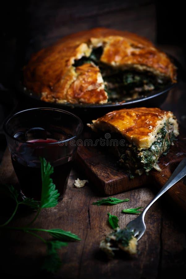 Tarte de poulet et d'ortie Style rustique photographie stock libre de droits