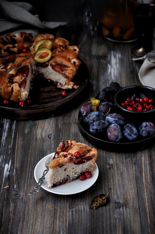 Tarte de prune, Charlotte avec des prunes dans une coupe photo libre de droits