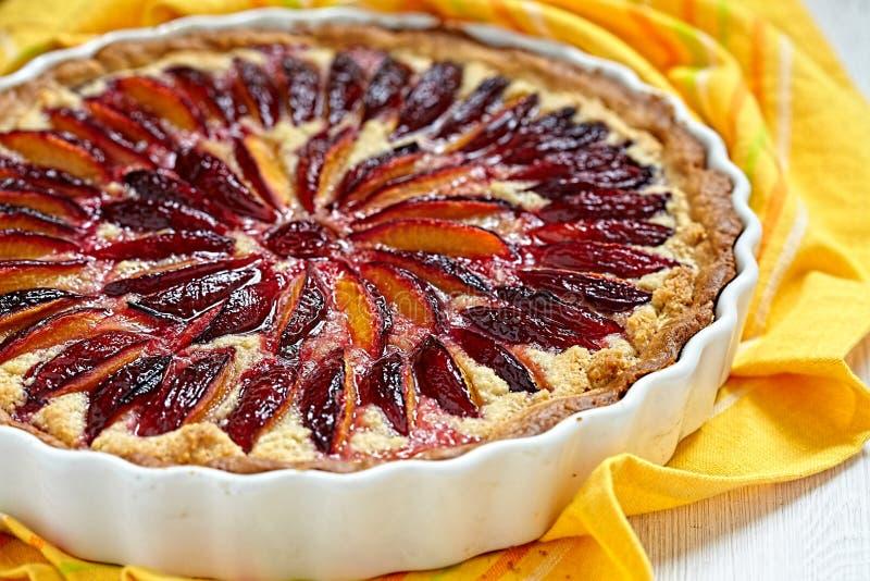 Tarte de prune et d'amande image stock