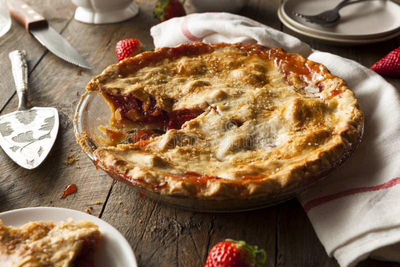 Tarte de rhubarbe fait maison de fraise photographie stock libre de droits