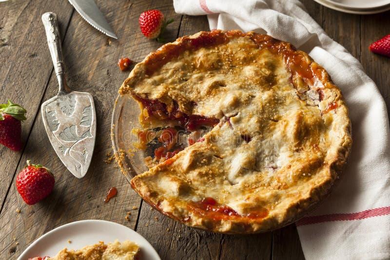 Tarte de rhubarbe fait maison de fraise image stock