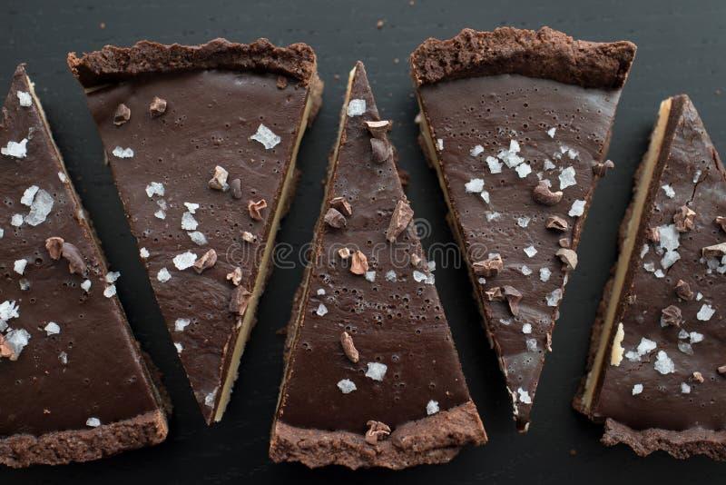 Tarte del caramell del chocolate con fleur de sal fotografía de archivo