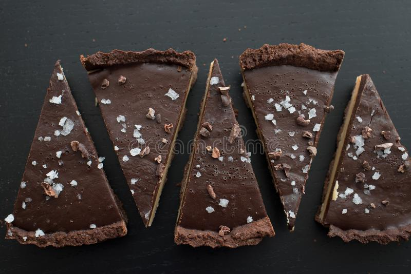 Tarte do caramell do chocolate com fleur de sal foto de stock royalty free
