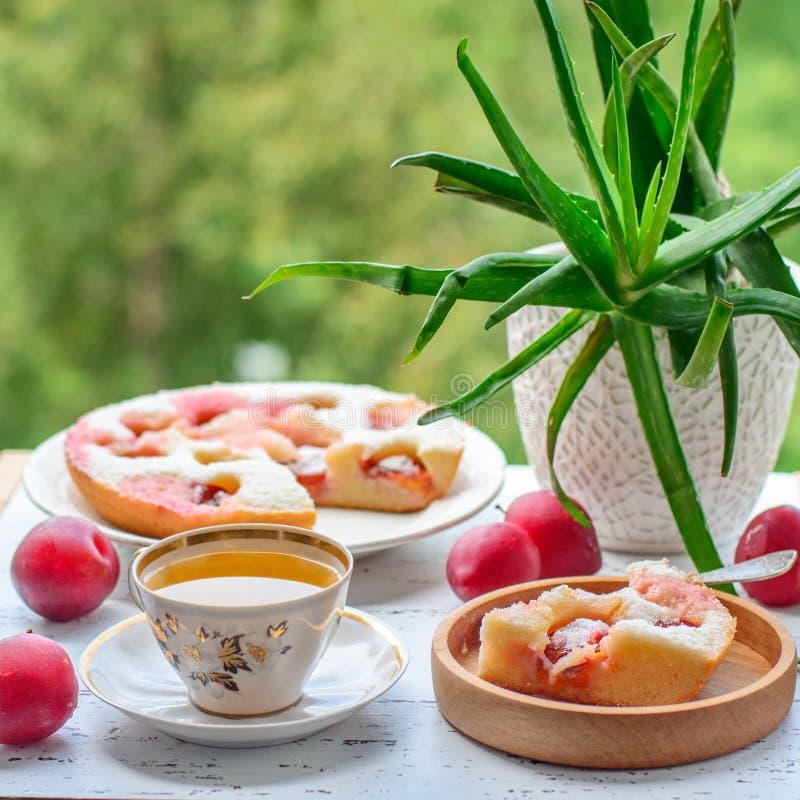 Tarte et thé de prune photos libres de droits