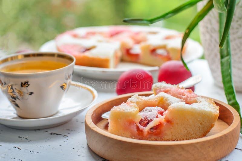 Tarte et thé de prune photographie stock