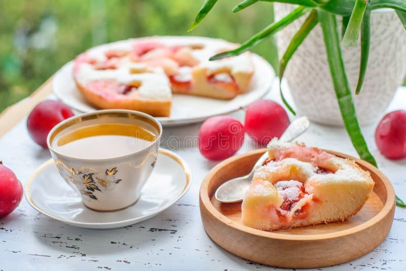 Tarte et thé de prune image stock