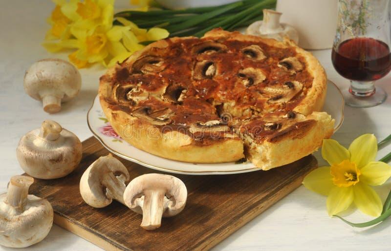 Tarte fait maison de champignon, champignons frais et vin rouge Durée toujours 1 photos stock