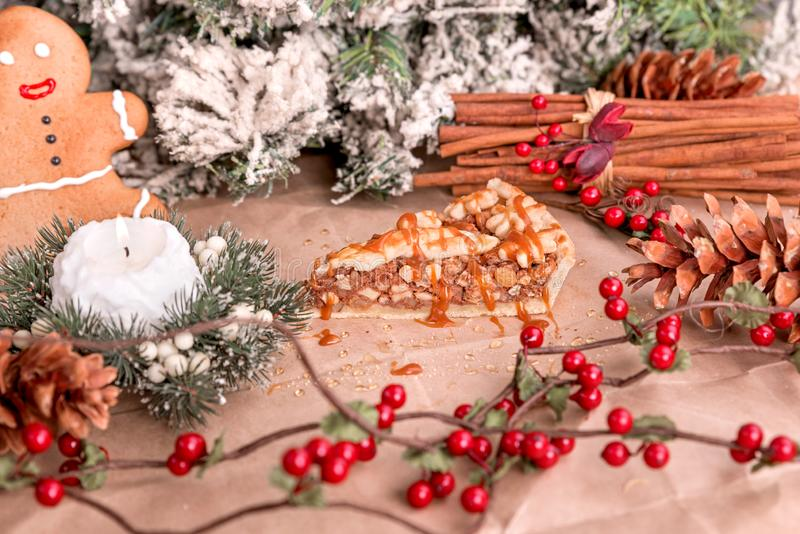 Tarte fait maison de noix avec le caramel et la cannelle photo stock
