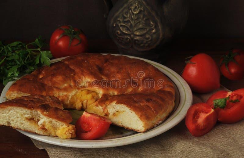 Tarte fait maison de pomme de terre, tomates rouges mûres et viande verte Durée toujours 1 photo libre de droits