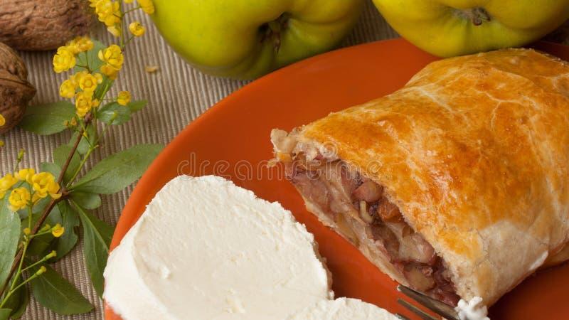 Tarte fait maison de souffle avec des pommes, des écrous et la crème glacée  photo libre de droits