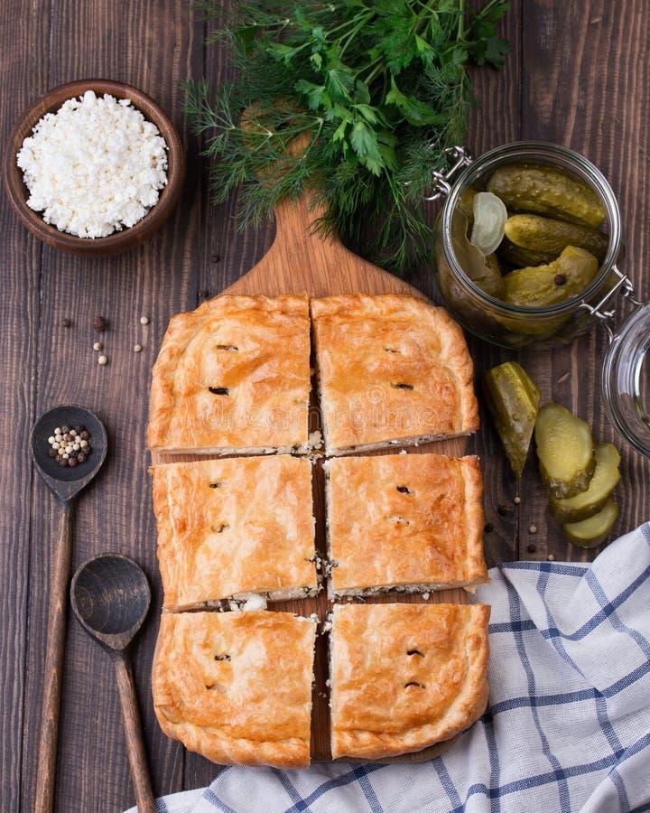 Tarte fait maison de souffle avec les cucmbers et le fromage blanc marinés photo libre de droits