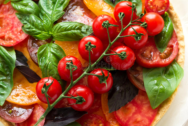Tarte faite maison avec le rikotta, les tomates crues et le basilic photos stock