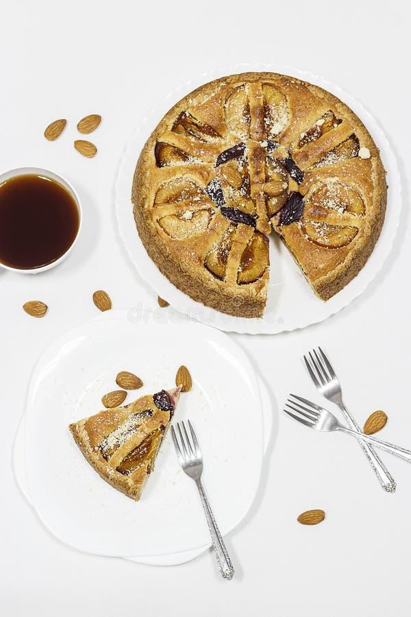 Tarte faite maison avec les prunes frangipan et organiques d'amande sur p blanc photo libre de droits