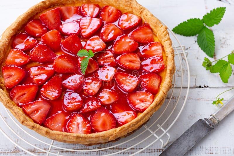 Tarte faite maison fraîche de fraise sur une table rustique photos stock