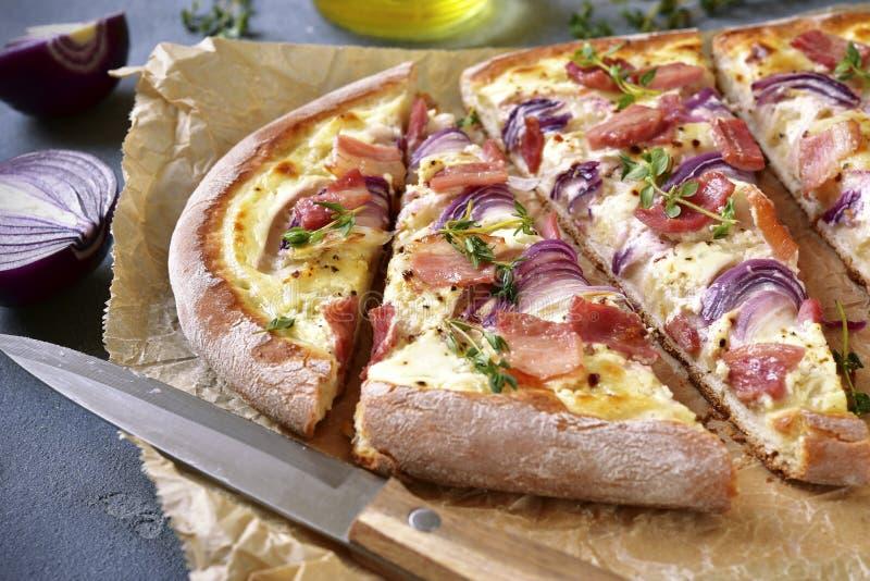 Tarte flambee - tradycyjny nieociosany francuski kulebiak zdjęcia stock