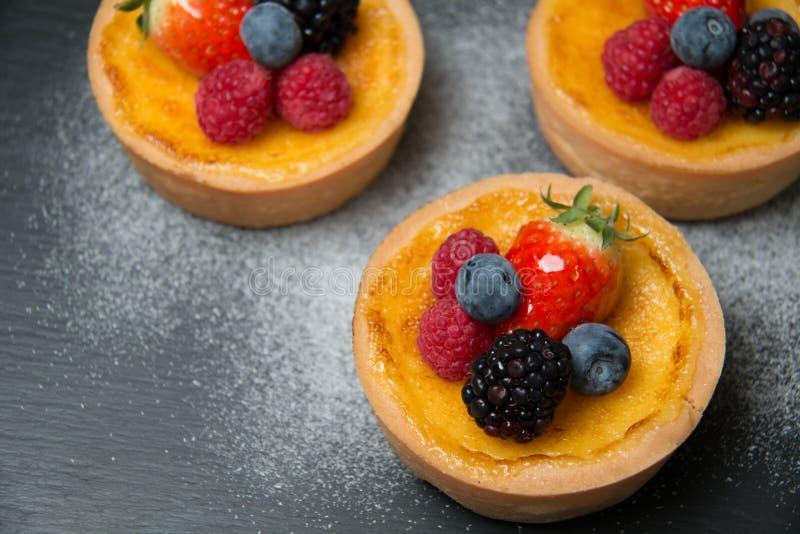 Tarte fraîche de fruit de table image libre de droits