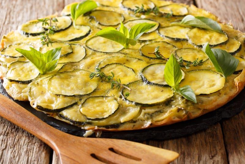 Tarte fraîchement cuit au four de courgette avec des fleurs et des herbes en gros plan sur le Th photos stock