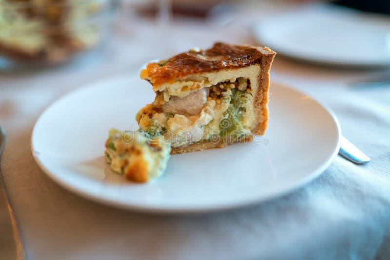 Tarte fran?ais traditionnel avec le lard et le fromage - quiche Lorraine images libres de droits