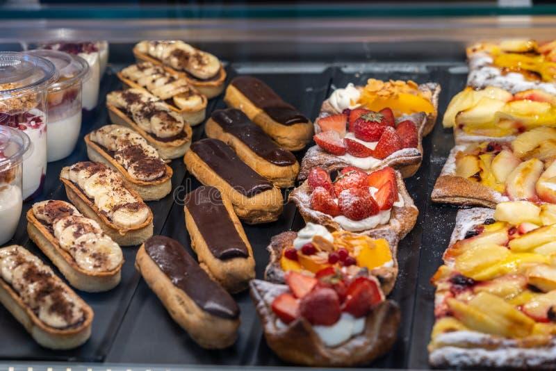 Tarte gonflée délicieuse d'eclair et de fraise de chocolat dans le magasin de pâtisserie photographie stock libre de droits