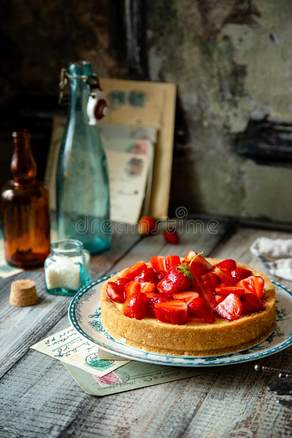 Tarte ou tarte délicieuse faite maison de fraise avec les baies douces sur le dessus photos stock