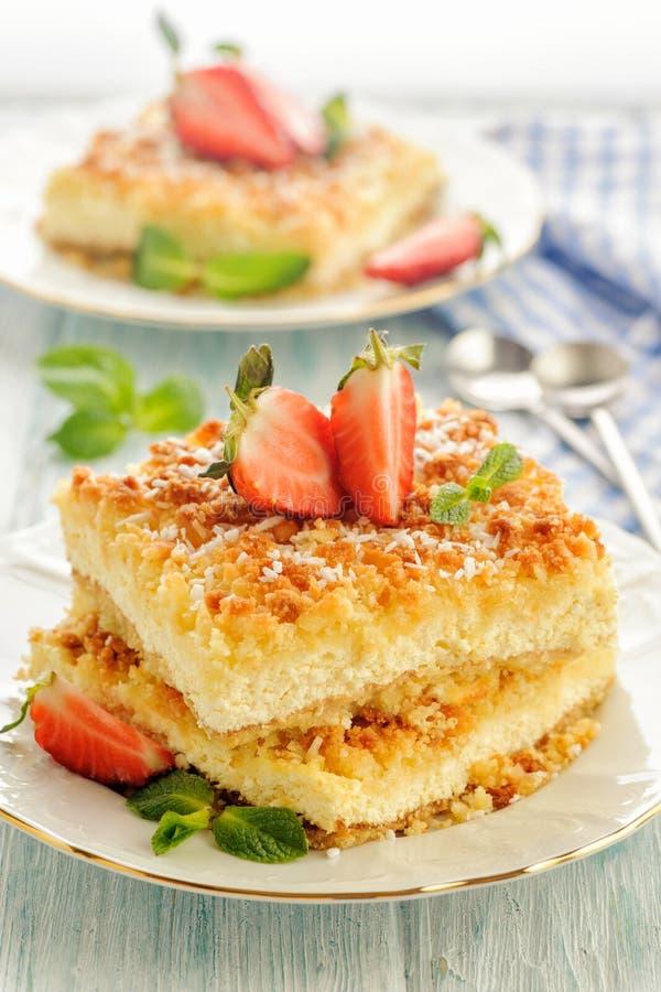 Tarte rustique ensoleillé lumineux avec le fromage blanc image stock