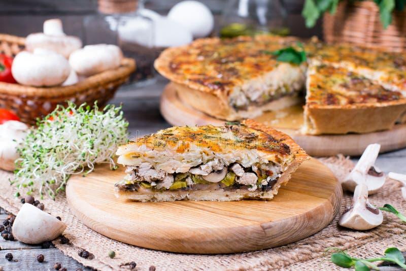 Tarte savoureuse avec le poulet, les champignons et le fromage images libres de droits
