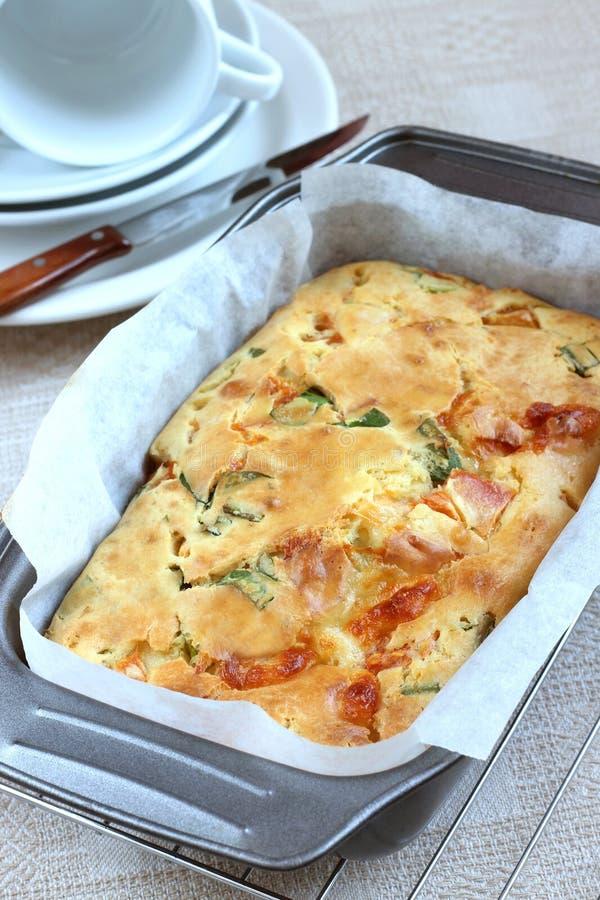Tarte savoureux avec du fromage, des tomates et Ramsons photos stock