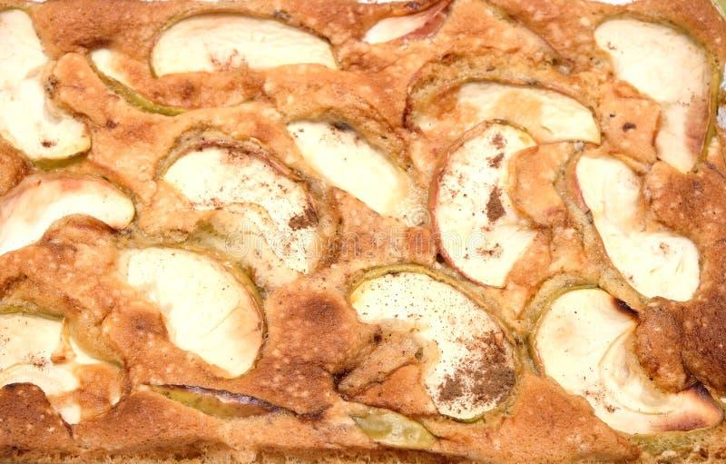 Tarte savoureux cuit avec les pommes et la cannelle coupées en tranches photos stock