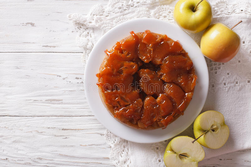 Tarte Tatin med äpplen och karamell på en platta horisontalöverkant V royaltyfri foto