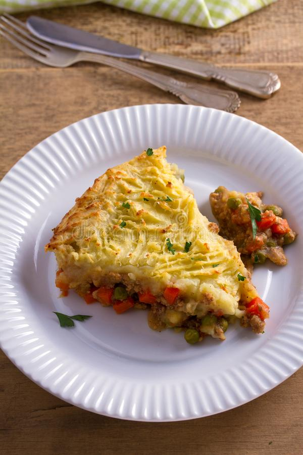 Tarte traditionnel de berger - plat populaire en Irlande Étoffez la viande, la cocotte en terre de purée de pommes de terre, de f photographie stock libre de droits