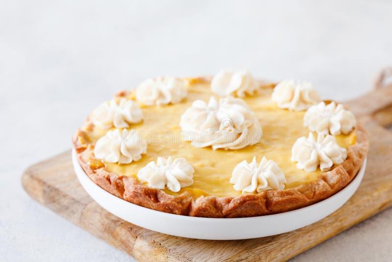 Tarte traditionnelle de citron de pâtisserie de pâte brisée avec la crème anglaise d'agrume et images stock