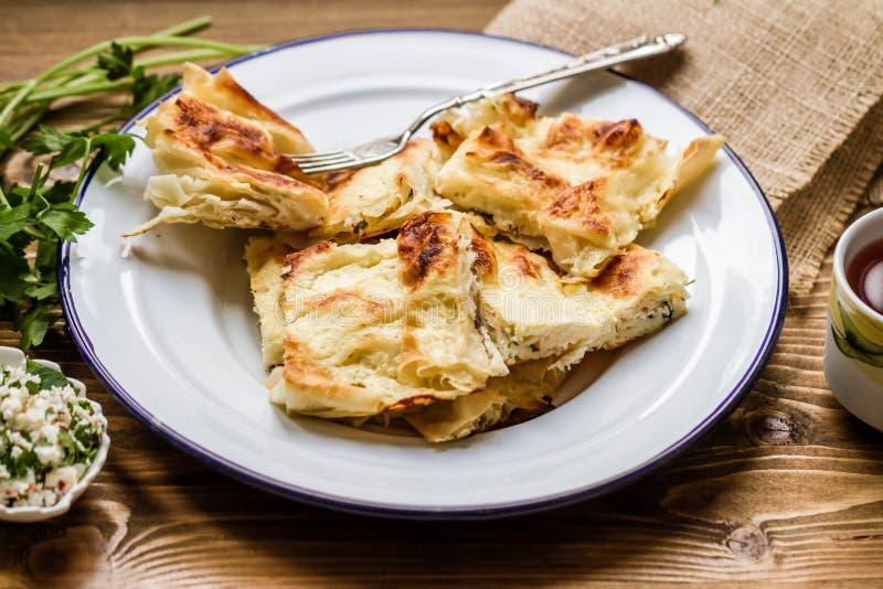 Tarte turc délicieux fait maison de fromage de style dans le plat d'émail photos libres de droits