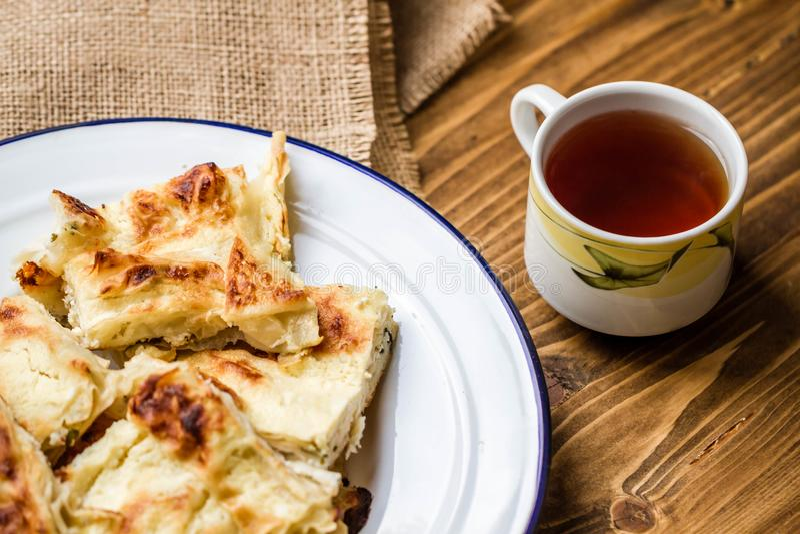 Tarte turc délicieux fait maison de fromage de style dans le plat d'émail image libre de droits