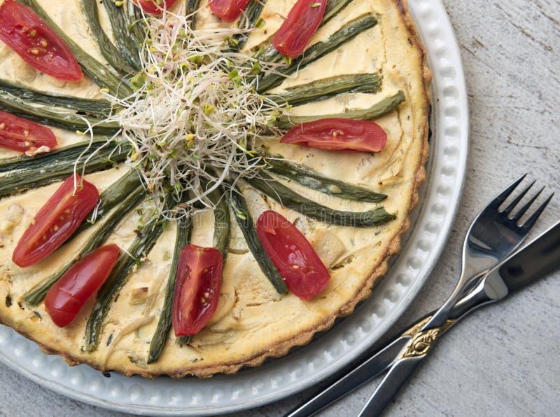 Tarte végétale savoureuse sur le fond de cru Nourriture saine végétarisme image libre de droits