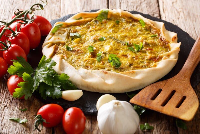 Tarte végétarien fraîchement cuit au four de pomme de terre avec les légumes et le Cl d'herbes image stock