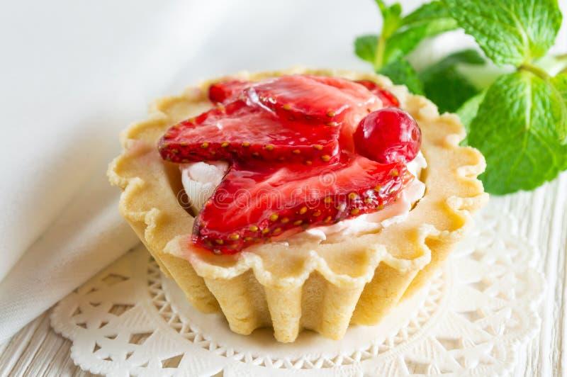 Tartelette délicieuse avec le fromage de fraise et fondu frais photographie stock libre de droits