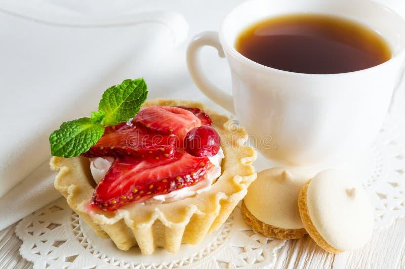 Tartelette délicieuse avec le fromage de fraise et fondu frais, un  de Ñ de thé et petits biscuits photos libres de droits