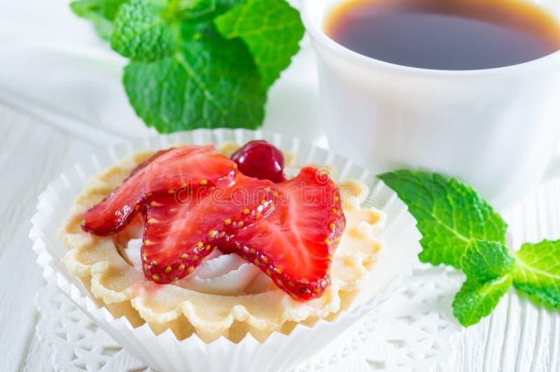 Tartelette ou g?teau avec le fromage de fraise et fondu frais sur le fond en bois blanc image libre de droits