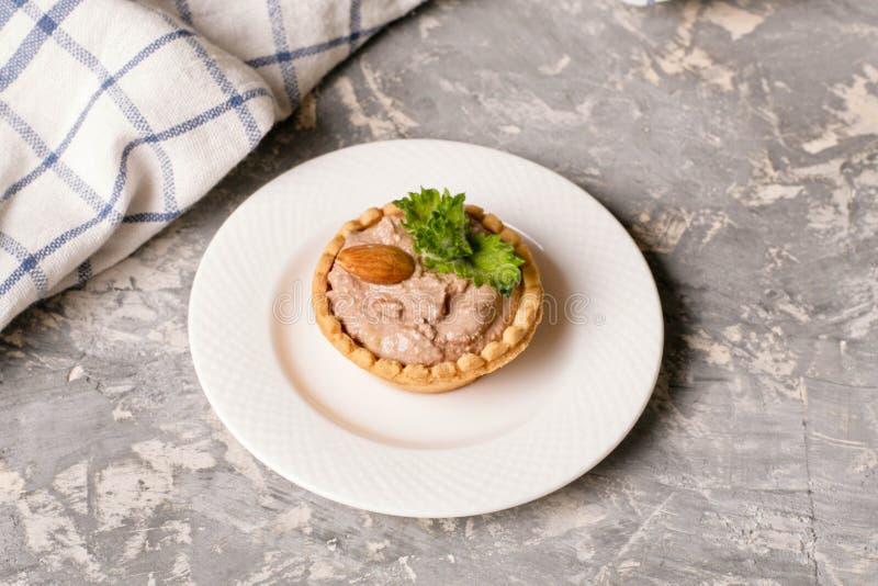 Tartelettes avec de la crème et des amandes de chocolat images stock