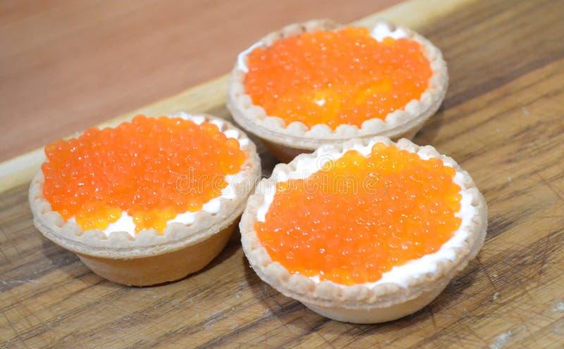 Tartelettes avec du beurre et le caviar rouge photographie stock libre de droits