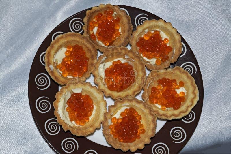 Tartelettes avec la fin rouge de caviar  delicatessen Nourriture gastronome Texture de caviar photo stock