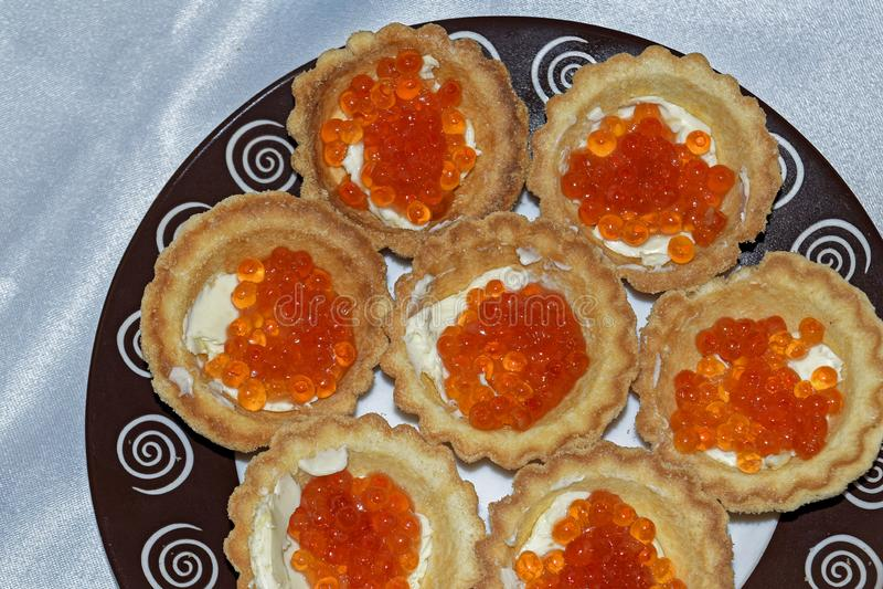 Tartelettes avec la fin rouge de caviar  delicatessen Nourriture gastronome Texture de caviar images stock