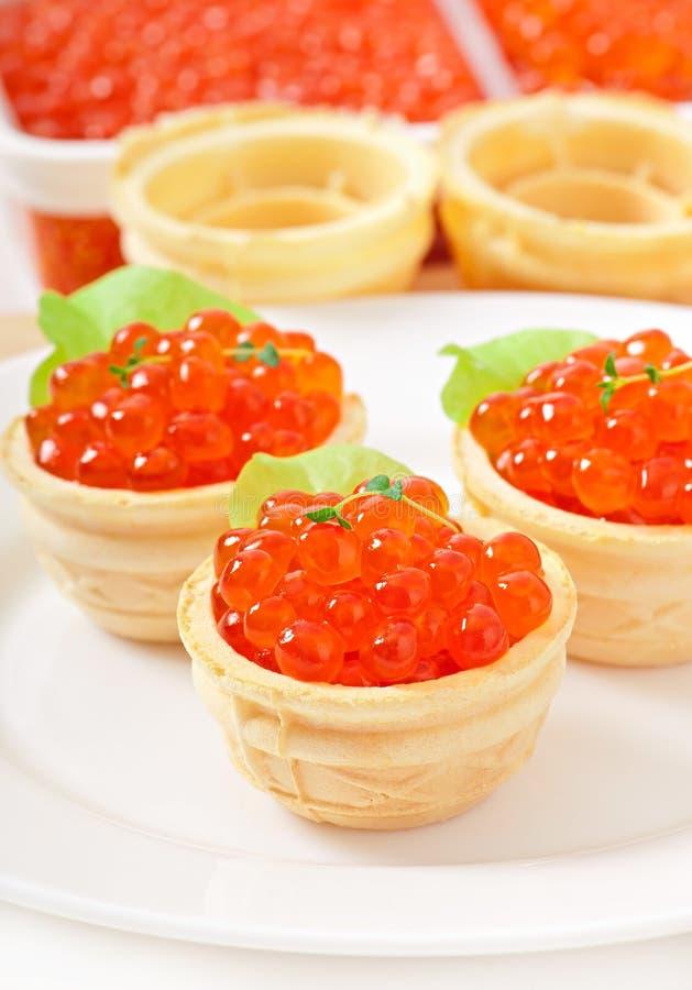 Tartelettes avec le caviar rouge photographie stock