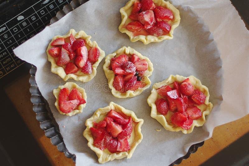 Tartelettes de cuisson avec des fraises photographie stock